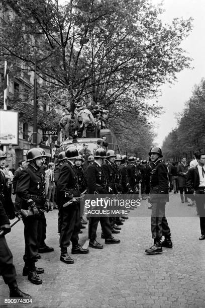 Journalists and policemen set up before a demonstration during the May-June 1968 events in France. / AFP PHOTO / Jacques MARIE