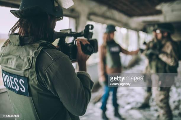 journalisten im kriegsgebiet - reporterstil stock-fotos und bilder