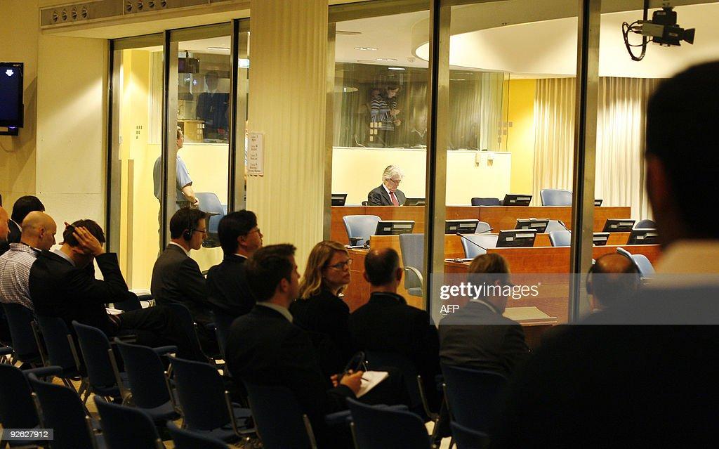 Journalists listen while former Bosnian : News Photo