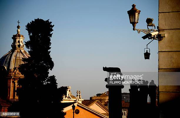 Journalists stand outside the Campidoglio during the town council assembly in Rome on December 16 2016 / AFP / Filippo MONTEFORTE