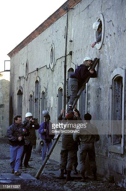 Journalists Take A Course In Surviving / Covering 'urban Guerillas Warfare' On October 22nd 1993