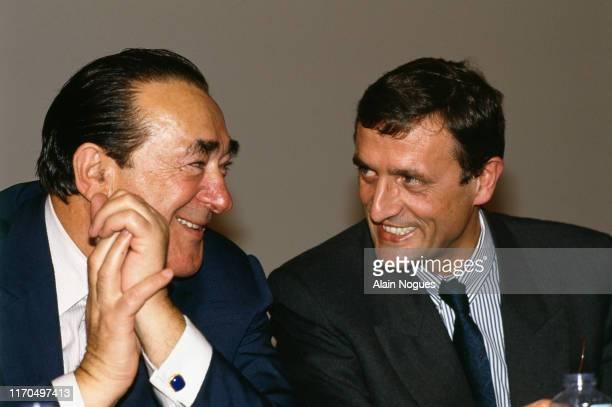 Journée de la presse Robert Maxwell et le Ministre de la Culture et de la Communication François Léotard lors d'un colloque au musée d'Orsay à Paris