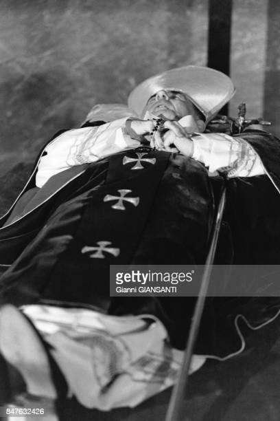 34 jours apres son election JeanPaul I meurt au Vatican plusieurs dizaines de milliers de personnes se sont recueillies devant celui qui restera le...