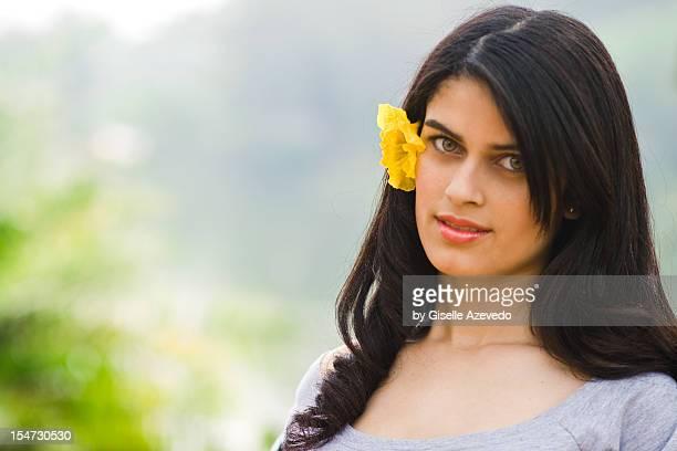jovem moça com flor no cabelo - cabelo humano fotografías e imágenes de stock