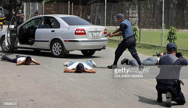 Jovenes de la Decima Octava Promocion de la Academia de la Policia Nacional Civil simulan la captura de una banda de ladrones en Ciudad de Guatemala...