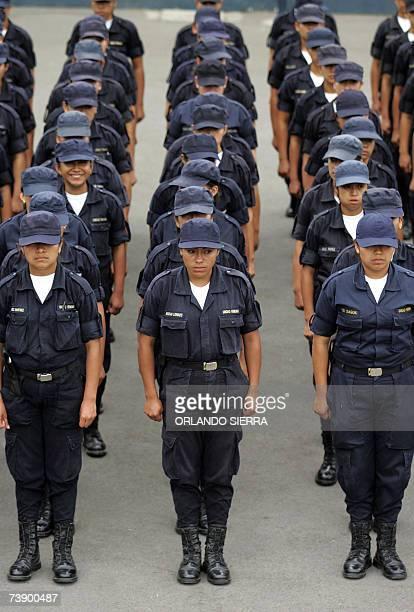 Jovenes mujeres aspirantes a policia forman frente a la Academia de Policia en la Zona 6 al norte de Ciudad de Guatemala el 16 de abril de 2007 El...