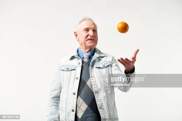 陽気な年配の男性