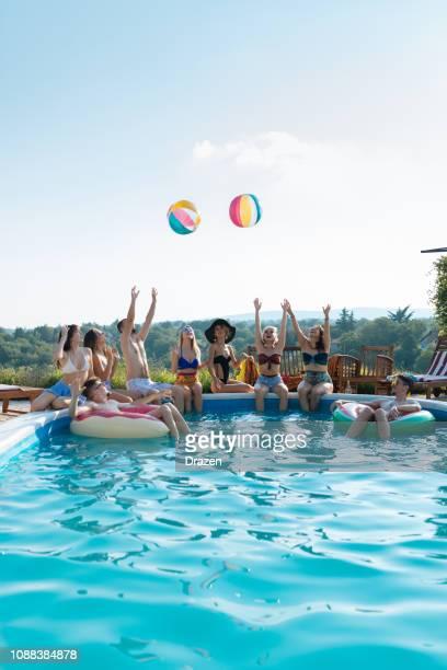 alegría en la piscina - pool party fotografías e imágenes de stock