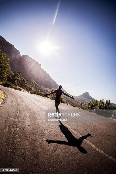 Fröhliche Sportlerin Laufen auf der Straße am Morgen