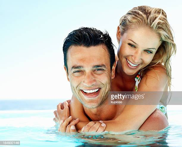 Fröhliche Paar im Swimmingpool