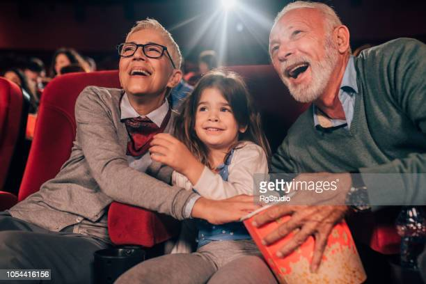 joyeuse famille au cinéma - première de film photos et images de collection