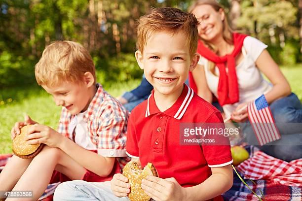 Fröhliche Familie Picknick