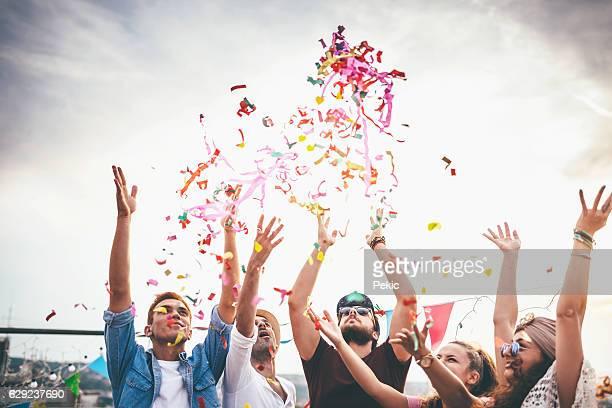 Fröhlich Freunde mit Konfetti im Dach-party
