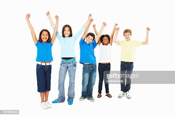 ALLEGRO bambini in piedi in una linea con le mani sollevate