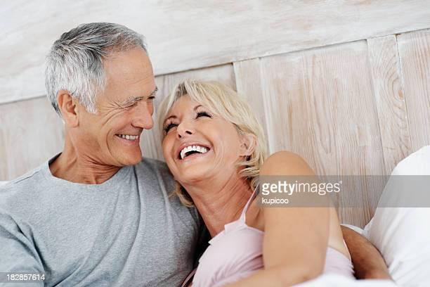 Fröhlich Reife Frau ruhen auf Alter Mann's Schulter