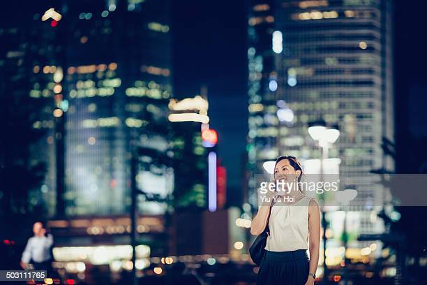 joyful office lady talking on smartphone in city - yiu yu hoi stock pictures, royalty-free photos & images