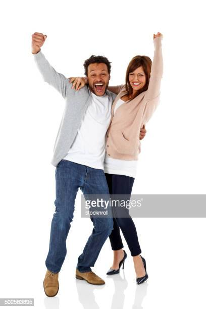 Heureux couple d'âge mûr célébrant les succès