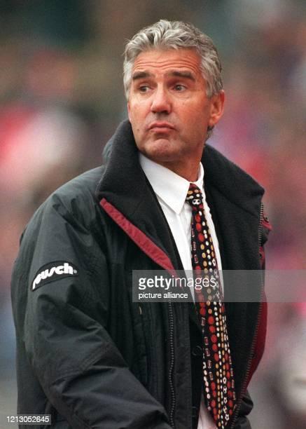 Jörg Berger der neue Trainer des Karlsruher SC beobachtet am 2831998 im Münchner Olympiastadion aufmerksam das Spiel seiner Elf gegen den Titelträger...