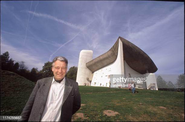 """Jürg Gägauf vor """"Notre Dame du Haut"""" Kirche, 1990"""