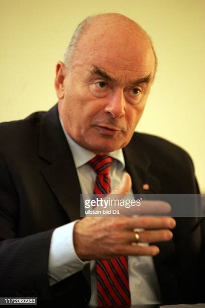 Jörg Schönbohm CDU Minister des Innern des Landes Brandenburg in seinem Büro im Ministerium