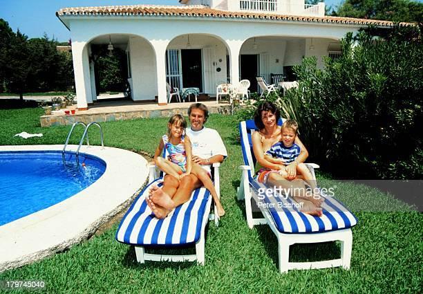 Jörg Wontorra und Ehefrau Ariane mit Kindern Laura und Marcel am Pool Familienferien in Villa inMarbella/Spanien Moderator Promis Prominenter...