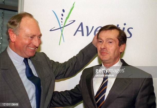 Jürgen Dormann , Vorstandsvorsitzender der Hoechst AG, und Igor Landau, Generaldirektor von Rhone-Poulenc, stellen sich am nach einer gemeinsamen...