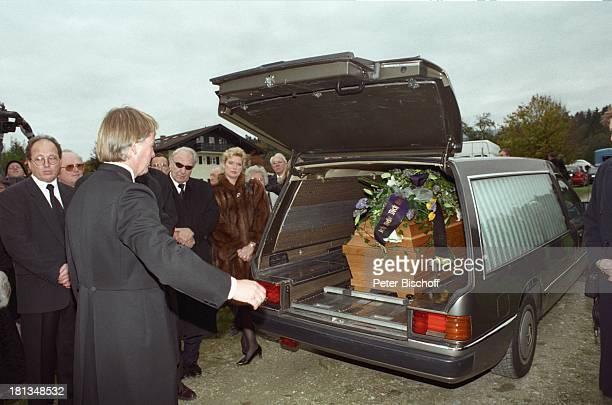 Jürgen Fliege Beerdigung von Prof Dr Julius Hackethal Deutschland Europa Sarg Auto Gewand Pfarrer Mikro Talkshowmoderator AD DH LR