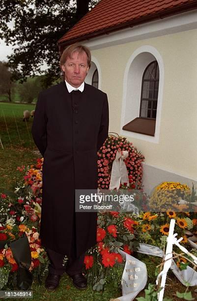 Jürgen Fliege Beerdigung von Prof Dr Julius Hackethal Deutschland Europa Gewand Blumen Kapelle Kränze Sarg Pfarrer Talkshowmoderator AD DH LR