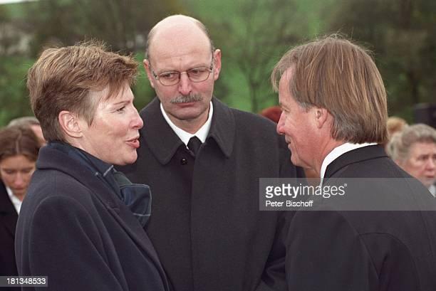 Jürgen Fliege Ulrike Rose ihr Ehemann Beerdigung von Prof Dr Julius Hackethal Deutschland Europa Gewand Pfarrer Mikro Talkshowmoderator AD DH LR