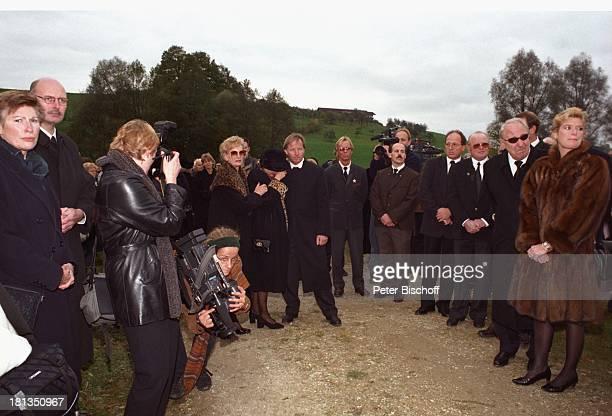 Jürgen Fliege Witwe Waltraut HacketalSchwester Erika AssmanSchmitt Beerdigung von Prof Dr Julius Hackethal Deutschland Europa Gewand Kamera...