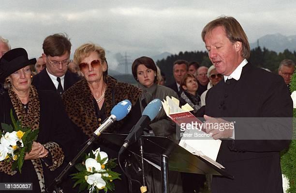 Jürgen Fliege Witwe Waltraut Hackethal Schwester Erika AssmanSchmitt Beerdigung von Prof Dr Julius Hackethal Deutschland Europa Rede Gewand Blumen...