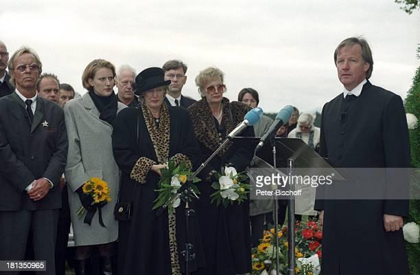 Jürgen Fliege Witwe Waltraut Hackethal Schwester Erika AssmanSchmitt Nicole Beerdigung von Prof Dr Julius Hackethal Deutschland Europa Gewand Blumen...