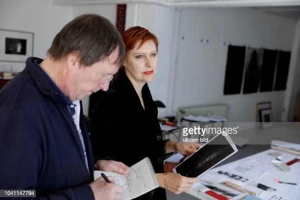 Jürgen Klauke und seine Partnerin Gina Lee Felber im Interview über ihre Doppelausstellung JÜRGEN KLAUKE Ästhetische Paranoia andere Desaster –...