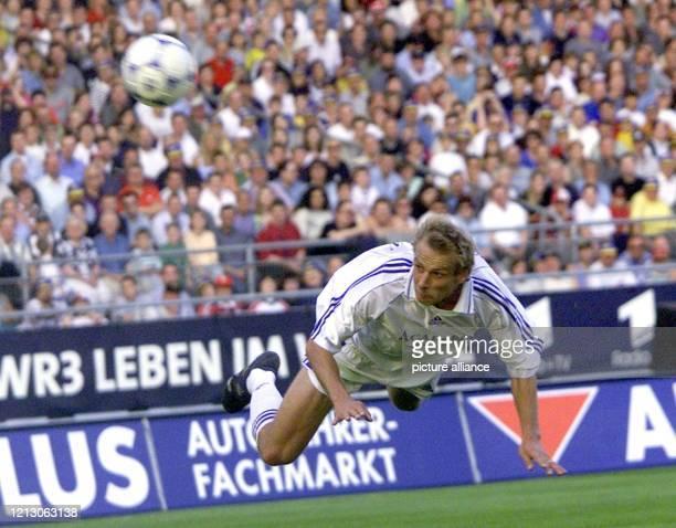 Jürgen Klinsmann bei einem Flugkopfball am im Stuttgarter GottliebDaimler Stadion bei seinem Abschiedsspiel Trotz des offiziellen Abschiedsspiels...