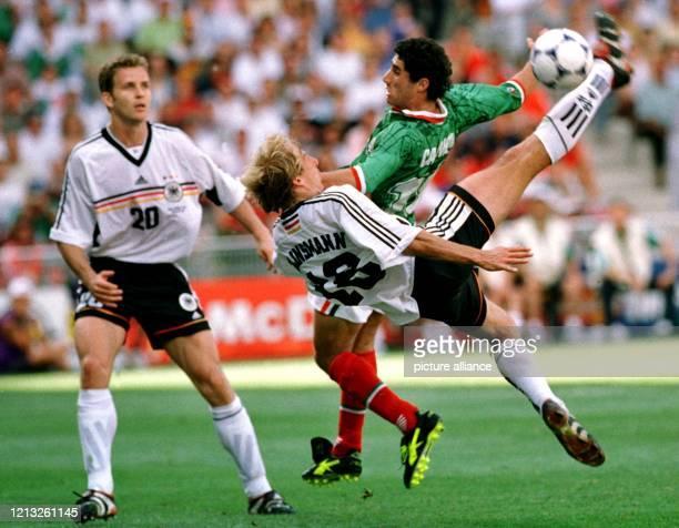 Jürgen Klinsmann der Torschütze zum 11Ausgleichstreffer gegen Mexiko versucht mit einem Fallrückzieher das Tor zu treffen Der mexikanische Spieler...