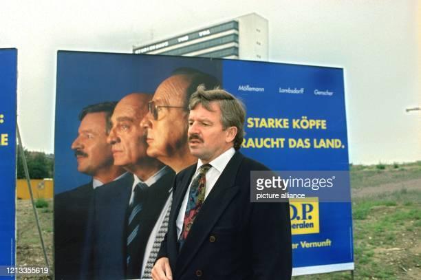 Jürgen Möllemann FDPLandesvorsitzender von NordrheinWestfalen und ehemaliger Bundeswirtschaftsminister stellt am 891994 in Düsseldorf die Plakate für...