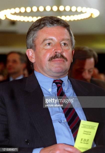 Jürgen Möllemann nimmt am 2541998 an einem Landesparteitag der Liberalen in Bonn teil Der frühere FDPSpitzenpolitiker ist am 562003 unmittelbar nach...