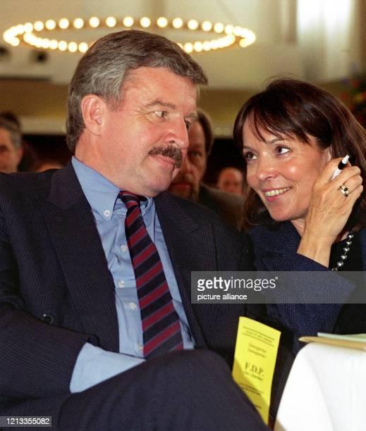 Jürgen Möllemann sitzt am 2541998 bei einem Landesparteitag der Liberalen in Bonn neben seiner Frau Carola MöllemannAppelhoff Der frühere...