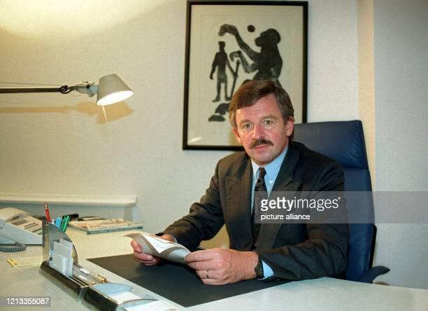 Jürgen Möllemann sitzt am 6101993 in seiner neuen Firma WEB TEC Wirtschafts und Exportberatung in Düsseldorf am Schreibtisch Der frühere...