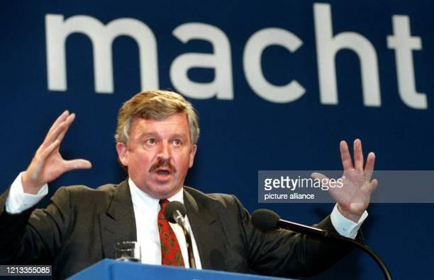Jürgen Möllemann spricht am 2661998 auf dem FDPBundesparteitag in Leipzig Der frühere FDPSpitzenpolitiker ist am 562003 unmittelbar nach Beginn einer...