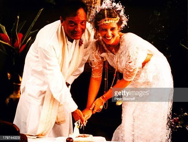 Jürgen Pooch mit Ehefrau Christel BasilonUrlaub Sri Lanka/Asien/Indischer Ozean Hochzeit Brautkleid Braut Bräutigam Tortenanschnitt