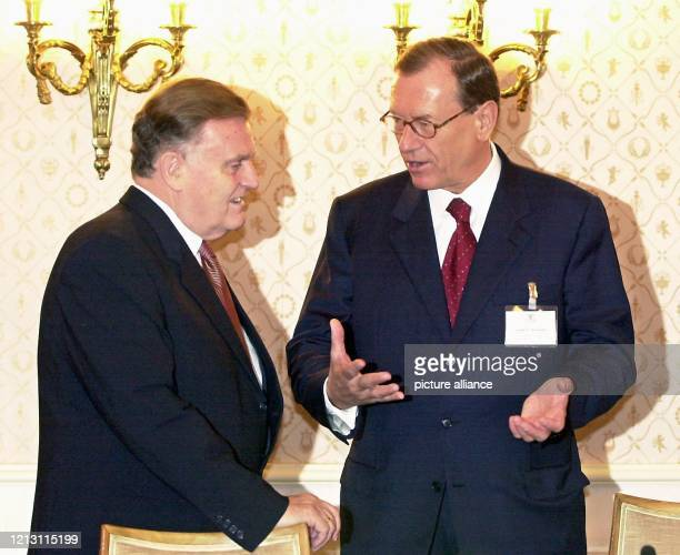 Jürgen Schrempp Vorstandsvorsitzender des DaimlerChrysler Konzerns unterhält sich am 6112000 bei einem Spitzentreffen zwischen Wirtschaft und Politik...