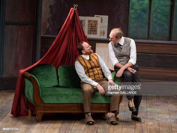 Jérôme Pouly et Michel Vuillermoz lors de l'interprétation de L'Hôtel du LibreÉchange de Georges Feydeau par la troupe de la ComédieFrançaise à la...