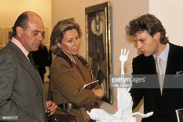 Juan Abello and his wife Ana Gamazo in the fair of art Arco 92 Abello and wife staring at a sculpture in an art gallery