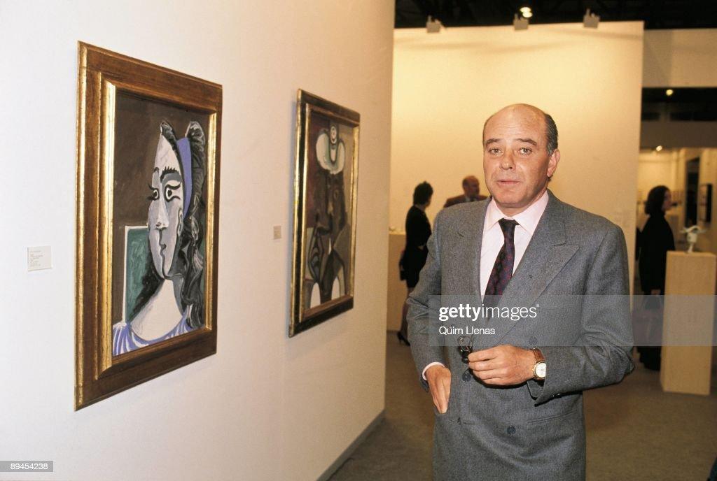 Juan Abello in the art fair Arco Beside two paintings of Picasso : Fotografía de noticias