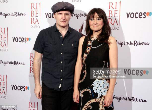 Juan Aguirre and Eva Amaral attend the '#espiriturivera' photocall at Soho disco on May 25 2017 in Madrid Spain