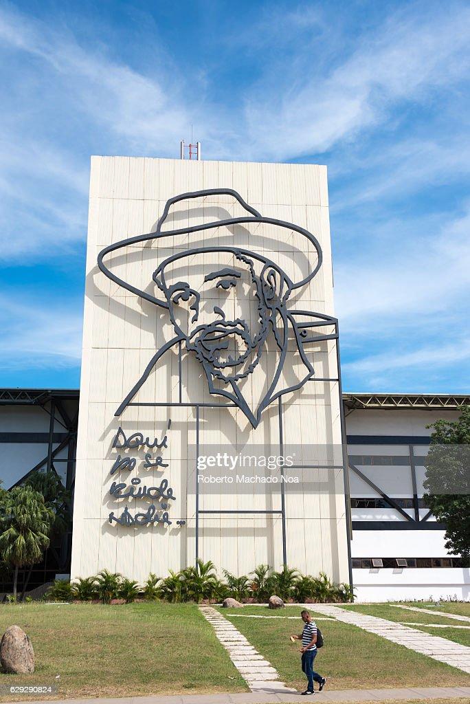 Juan Almeida Bosque sculpture in building. He was a... : Nachrichtenfoto