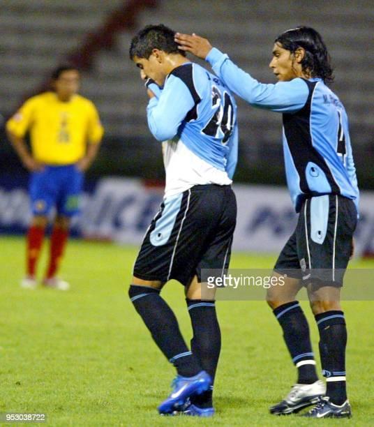 Juan Angel Albin de Uruguay celebra con su compañero Martin Rodriguez el gol ante Colombia el 27 de enero de 2005 en Manizales a 350 km de Bogotá...