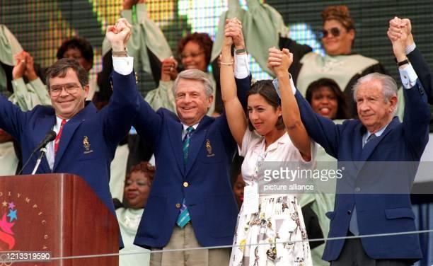 Juan Antonio Samaranch der Präsident des Internationalen Olympischen Komitees die USSchwimmerin Janet Evans der Gouverneur von Georgia Zell Miller...