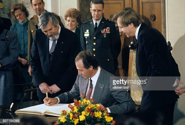 Juan Carlos I * der König von Spanien trägt sich in das Goldene Buch der Stadt Berlin ein rechts Eberhard Diepgen links Peter Rebsch 1986
